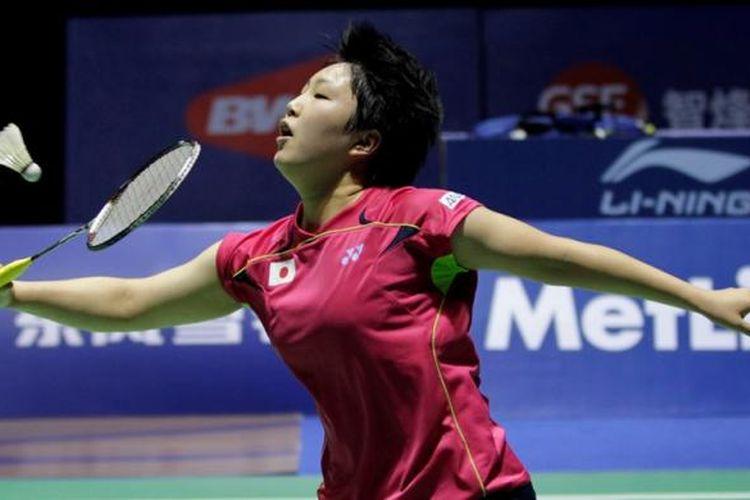 Pebulu tangkis Jepang, Akane Yamaguchi, mengembalikan kok pemain India, Saina Nehwal, pada laga final Tiongkok Terbuka (China Open) di Fuzhou, Minggu (16/11/2014).
