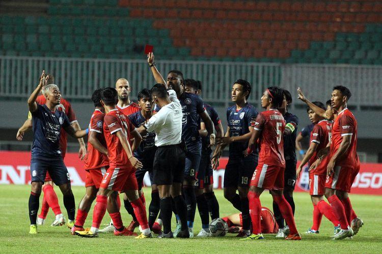 Pemain Arema FC Jayus Hariono mendapat kartu merah setelah melanggar pemain PSM Makassar pada pekan 1 Liga 1 2021 yang berakhir dengan skor 1-1 di Stadion Pakansari Bogor, Minggu (5/9/2021) malam.