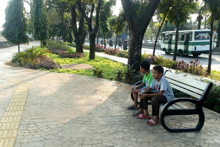 Jalur pedestrian di Taman Daan Mogot, Cengkareng, Jakarta Barat, Rabu (2/8/2017).