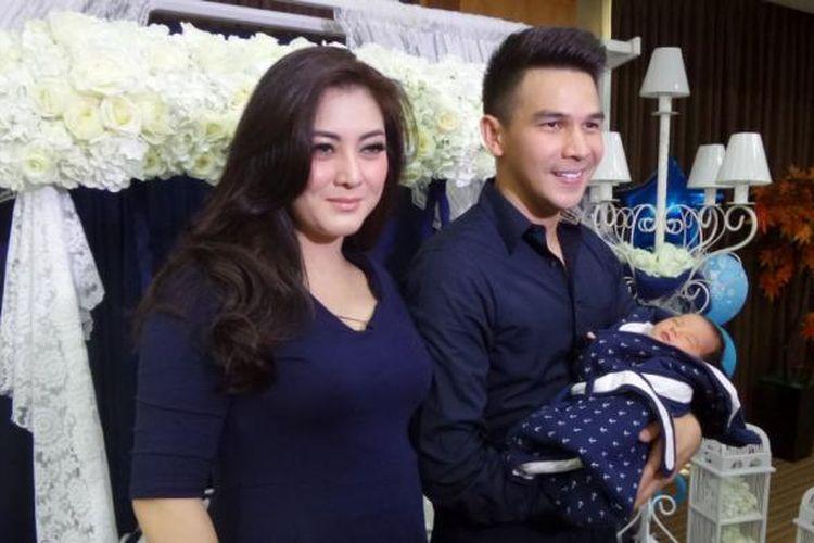 Jonathan Frizzy dan istrinya di RSIA Bunda, Jakarta Pusat, Selasa (12/4/2016).
