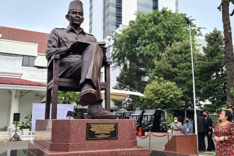 Presiden kelima RI Megawati Soekarnoputri saat meresmikan patung Bung Karno di kantor Lembaga Ketahanan Nasional (Lemhanas), Kamis (20/5/2021).
