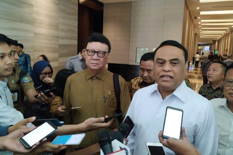 Menteri Pendayagunaan Aparatur Negara dan Reformasi Birokrasi (PANRB) Syafruddin dan Menteri Dalam Negeri Tjahjo Kumolo usai menghadiri rapat koordinasi persiapan perencanaan ASN 2019 di Hotel Bidakara, Jakarta, Selasa (30/7/2019)