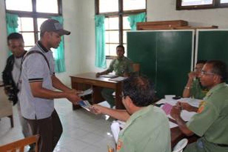 Kepala Seksi Pidana Khusus (Kasi Pidsus) Kejaksaan Negeri Kefamenanu, Frengki M Radja (kiri bertopi) sementara membagikan stiker anti korupsi kepada sejumlah PNS di dinas Pendidikan, Senin (9/12/2013)