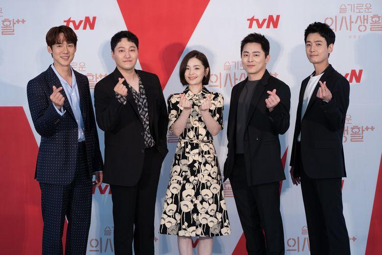 Para pemeran drama Korea Hospital Playlist saat konferensi pers virtual, Kamis (10/6/2021).