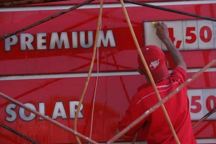 Pekerja membersihkan papan harga bahan bakar minyak (BBM) di Stasiun Pengisian Bahan Bakar untuk Umum (SPBU) 34-15319 di kawasan Alam Sutera, Tangerang Selatan, Banten, Sabtu (20/3/2013).