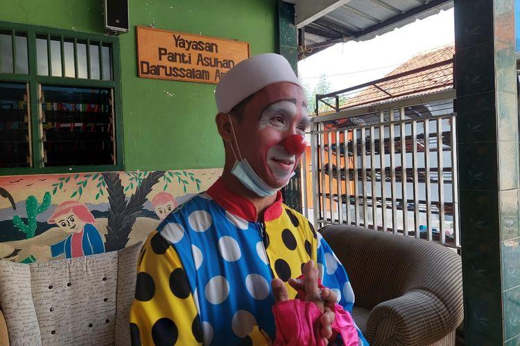 Yahya Edward Hendrawan, seorang badut yang mengajarkan mengaji di Panti Asuhan Darussalam, Kota Tangerang. Dia telah mengajar mengaji sejak 2010 dan selalu berkostum layaknya badut setiap mengajar.
