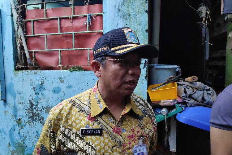 Camat Jatinegara Endang Sofyan di wilayah Banjir, Kebon Pala Tanah Rendah, Kelurahan Kampung Melayu, Jatinegara, Jakarta Timur, Kamis (20/2/2020).