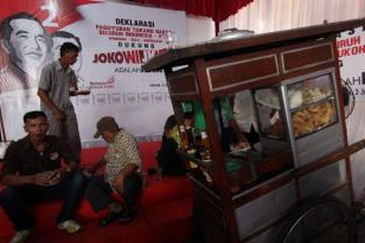 Paguyuban Tukang Bakso Indonesia mendeklarasikan dukungannya kepada capres-cawapres Jokowi-Jusuf Kalla dalam ajang Pilpres 2014 di Kawasan Menteng, Jakarta Pusat, Selasa (3/6/2014). Sekitar ratusan tukang bakso dari seluruh Indonesia dan perwakilannya datang ke Jakarta untuk mendeklarasikan calon presiden pilihannya.