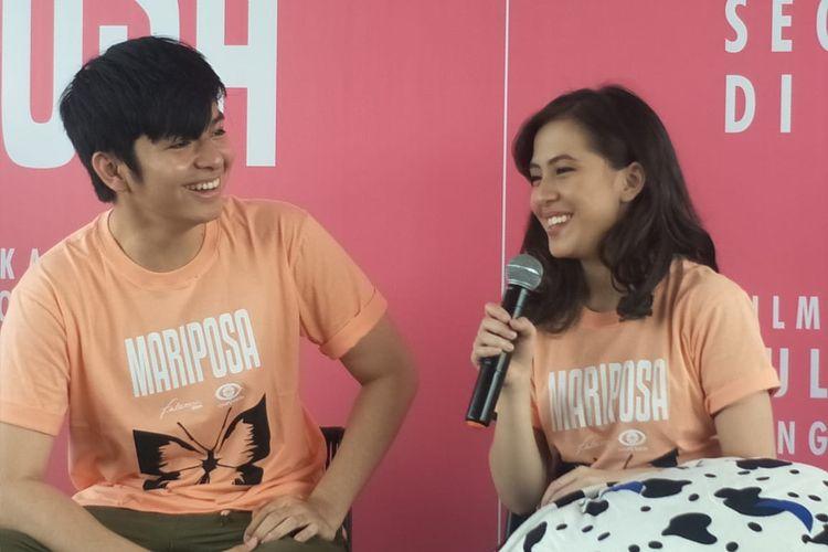 Angga Yunanda dan Zara JKT48 dalam jumpa pers pengumuman pemain Film Mariposa, di RBoJ Kafe, Jakarta Selatan, Jumat (11/10/2019).