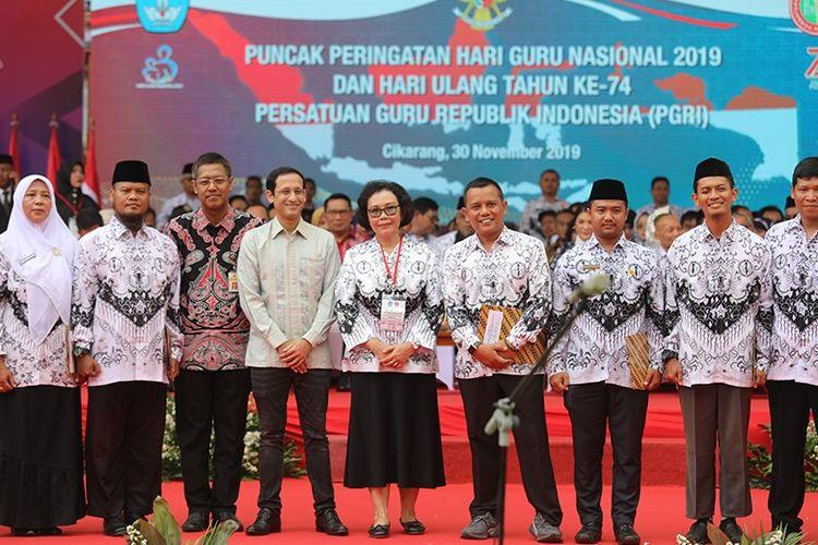 Mendikbud Nadiem Anwar Makarim (keempat dari kiri) dan Ketua Umum PB PGRI Unifah Rosyidi (kelima dari kiri) bersama sejumlah guru berprestasi dari berbagai daerah di Indonesia, Sabtu (30/11).