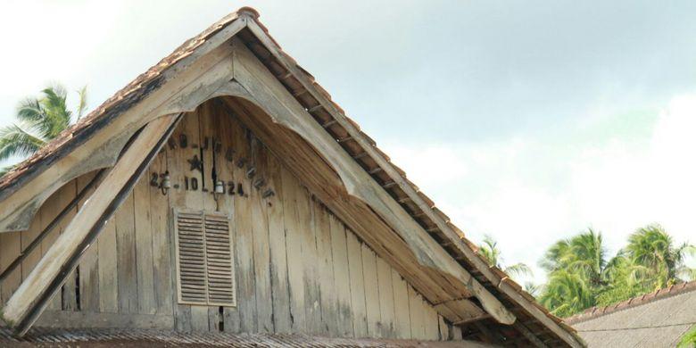 Pada bagian dekat atap tertulis nama Mohammad Joesoef dan tanggal lahir 22-10-1924.