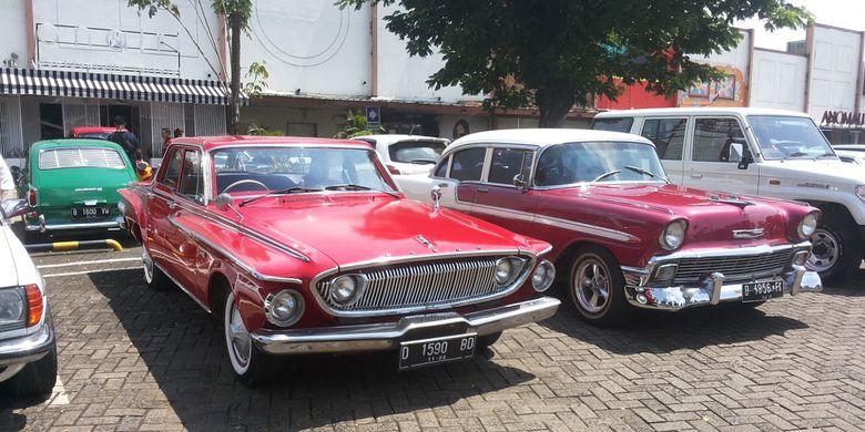 Sejumlah mobil milik anggota Perhimpunan Penggemar Mobil Kuno Indonesia (PPMKI) yang hadir saat acara kumpul bareng di Pondok Indah, Jakarta Selatan, Minggu (4/3/2018).