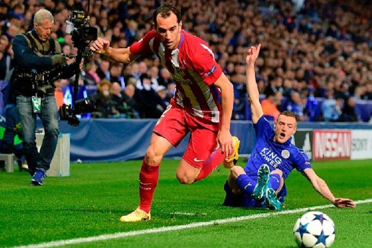 Bek Real Madrid, Diego Godin, memenangi duel perebutan bola dengan striker Leicester City, Jamie Vardy, pada pertandingan perempat final Liga Champions di Stadion King Power, Rabu (18/4/2017).