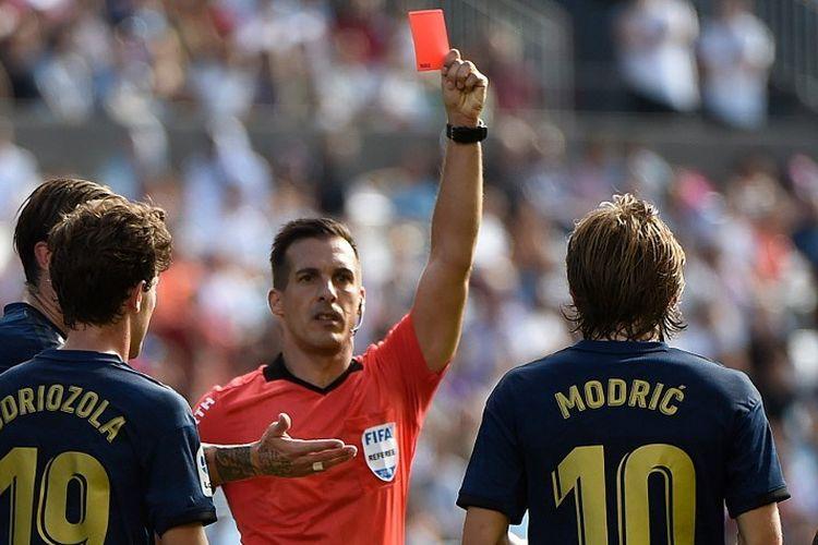 Wasit Xavier Estrada Fernandez mengganjar Luka Modric kartu merah pada pertandingan Celta Vigo vs Real Madrid di Stadion Balaidos dalam pekan pertama La Liga Spanyol, 17 Agustus 2019.