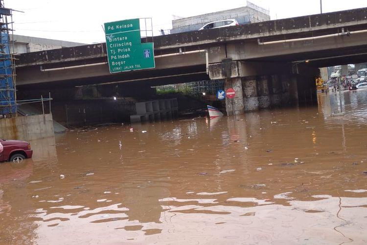 Jl K.H Noer Ali, tepatnya dibawah kolong Tol JORR terendam banjir setinggi 60 cm, Selasa (25/2/2020).