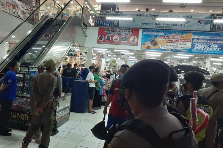 Petugas Gabungan TNI, Polri, Satpol PP dari Satgas Covid-19 Kabupaten Tuban razia kerumunan pengunjung pusat perbelanjaan di Kota Tuban.