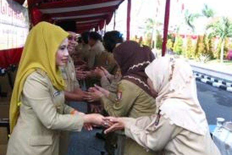 Bupati Kendal, Widya Kandi, saat berjabat tangan dengan para PNS di lingkungan Pemerintah Kabupaten Kendal, Jawa Tengah, dalam acara halalbihalal, Senin (12/8/2013).