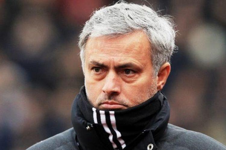 Manajer Manchester United, Jose Mourinho, saat memimpin pasukannya melawan Stoke City pada 21 Januari 2017.
