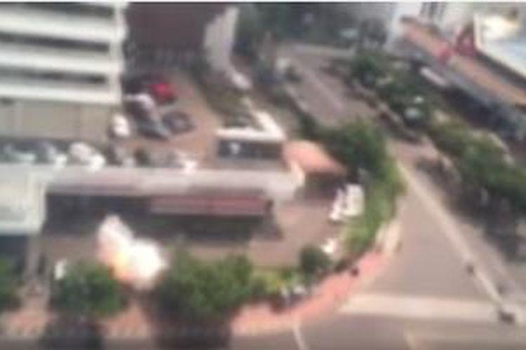 Potongan klip video amatir yang merekam ledakan bom di Sarinah, Jakarta, Kamis (14/1/2016)