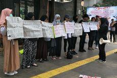 Emak-emak Demo di Polda Metro, Minta Polisi Bebaskan Pelajar dan Mahasiswa yang Ditangkap