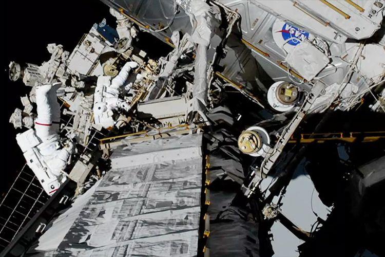 Astronot Koch dan Meir ketika mengganti baterai yang rusak di spacewalk yang berlangsungs elama 7 jam 17 menit.