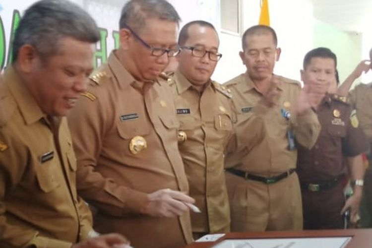 Bupati Kubu Raya Muda Mahendrawan bersama Gubernur Kalbar Sutarmidji menandatangani prasasti peresmian gedung RSUD Kubu Raya yang disaksikan oleh Wakil Bupati Kubu Raya Sujiwo dan unsur Forkopimda yang ada di Kubu Raya dan Kalbar, Senin (6/1/2020).