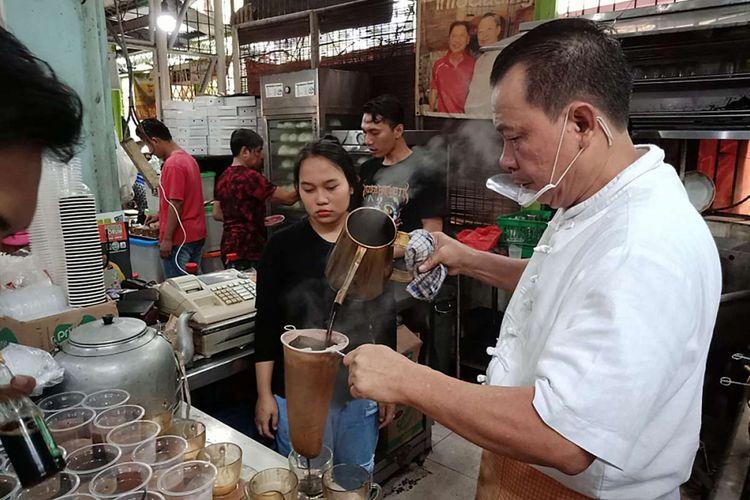Pemilik Kopi Johny, Johny Poluan, saat menyajikan kopi di kedainya di kawasan Kelapa Gading, Jakarta, Sabtu (17/2/2018). Kopi Johny belakangan banyak diperbincangkan setelah kerap disinggung oleh pengacara Hotman Paris di akun Instagramnya.