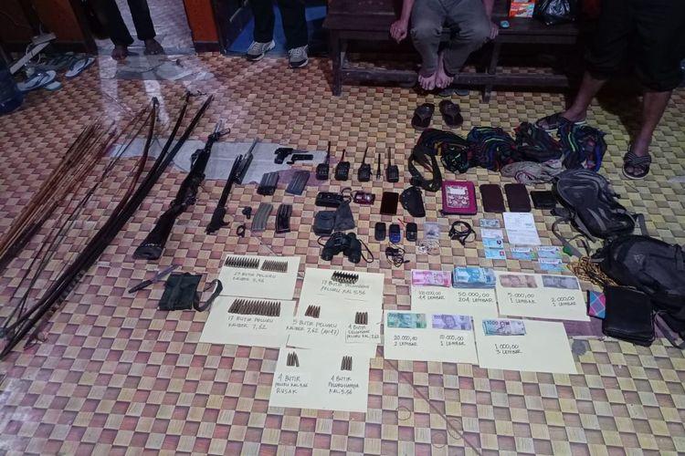 Sejumlah barang bukti lain yang ditemukan Satgas Nemangkawi saat olah tempat kejadian perkara (TKP) kontak senjata di Kampung Mayuberi, Distrik Ilaga Utara, Kabupaten Puncak.