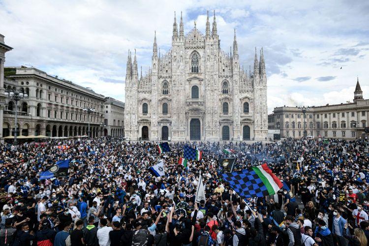 Para suporter Inter Milan melakukan selebrasi di Piazza Duomo, Milan, Minggu (2/5/2021) setelah klub kesayangan mereka memastikan diri meraih scudetto alias juara Serie A musim 20210-2021.