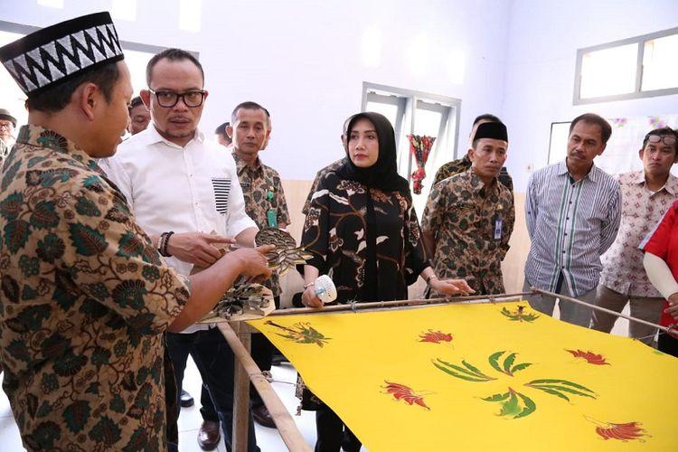 Menteri Ketenagakerjaan (Menaker) M. Hanif Dhakiri saat melakukan kunjungan kerja ke Unit Pelayanan Teknis Pusat (UPT) Balai Latihan Kerja (BLK) Dinas Tenaga Kerja dan Transmigrasi (Disnakertrans) Provinsi Jawa Timur di Jember, Sabtu (27/10/2018).