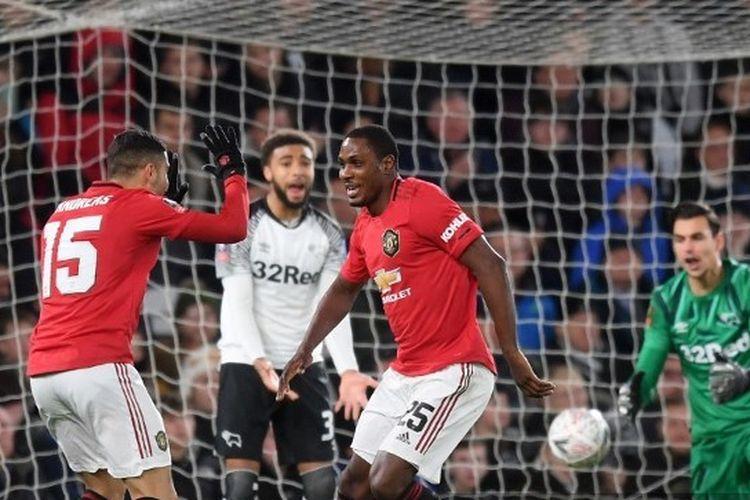 Odion Ighalo (kanan) merayakan gol bersama Andreas Perreira (kiri) pada laga putaran kelima Piala FA, Derby County vs Manchester United di Stadion Pride Park, Kamis (5/3/2020) atau Jumat dini hari WIB.