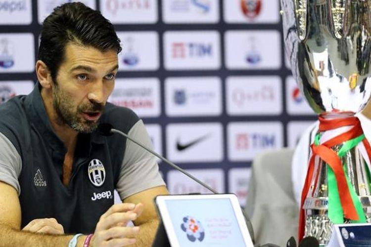 Kiper Juventus, Gianluigi Buffon, menjalani sesi konferensi pers menjelang laga Supercoppa Italiana di Doha, Qatar, 22 Desember 2016.
