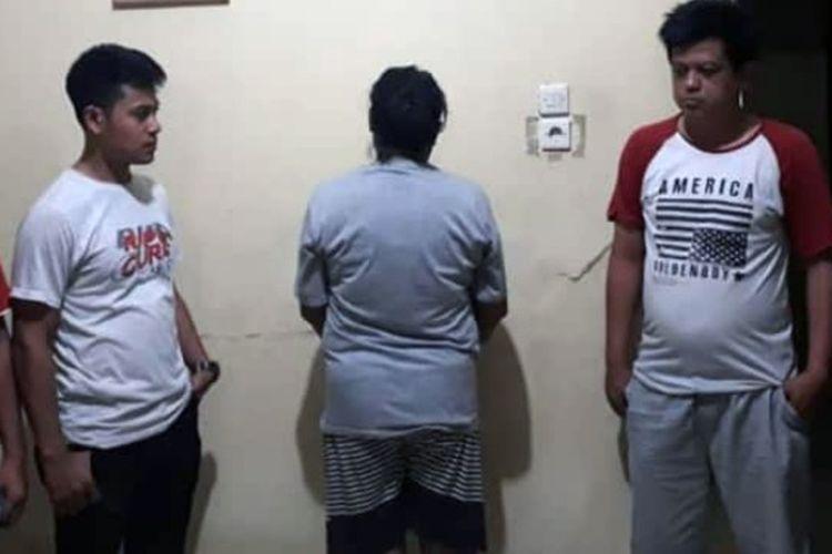 Mucikari berinisial S yang ditangkap aparat Polsek Pagelaran, Pringsewu. Mucikari S mendapat keuntungan hingga Rp 100 ribu dari setiap perempuan pekerja seks yang dikoordinirnya. (Foto: Humas Polres Pringsewu).