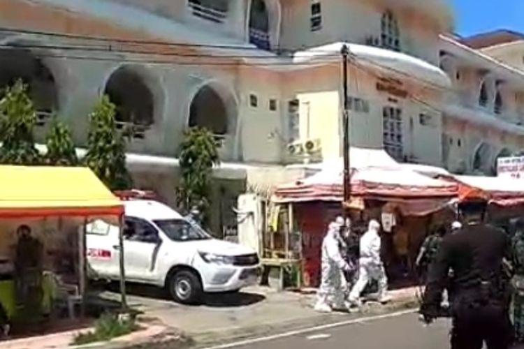 Aparat brimob Polda Sulsel saat mengawal mobil jenazah pasien PDP Covid-19 di depan sebuah rumah sakit di Makassar, Sabtu (4/4/2020).