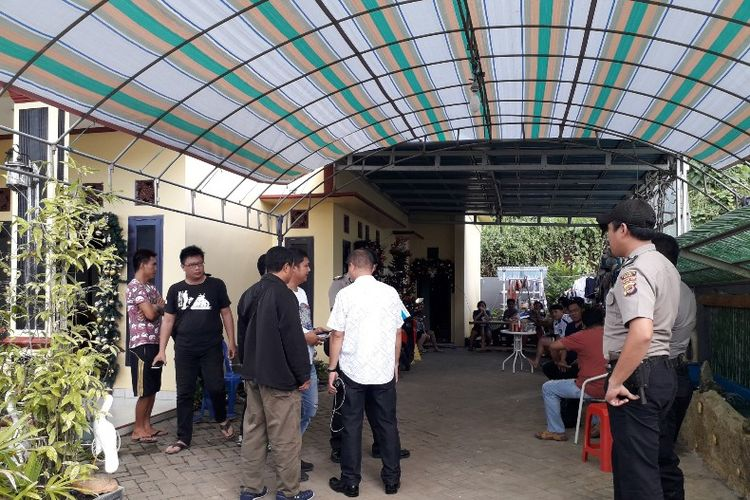 Polisi melakukan penyelidikan dan memintai keterangan kepada para korban di Rumah Camat Mapanget Rein Heydemans di Kelurahan Paniki Bawah, Kecamatan Mapanget, Kota Manado, Minggu (13/01/2019) pukul 13.06 WITA.