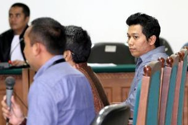 Putra Ketua Majelis Syuro Partai Keadilan Sejahtera Hilmi Aminuddin, Ridwan Hakim (kanan), bersaksi dalam persidangan terdakwa Ahmad Fathanah yang digelar di Pengadilan Tindak Pidana Korupsi, Jakarta, Kamis (29/8/2013). Ahmad Fathanah diduga terlibat dalam kasus suap kuota impor daging sapi di Kementrian Pertanian bersama mantan Presiden Partai Keadilan Sejahtera Luthfi Hasan Ishaaq.