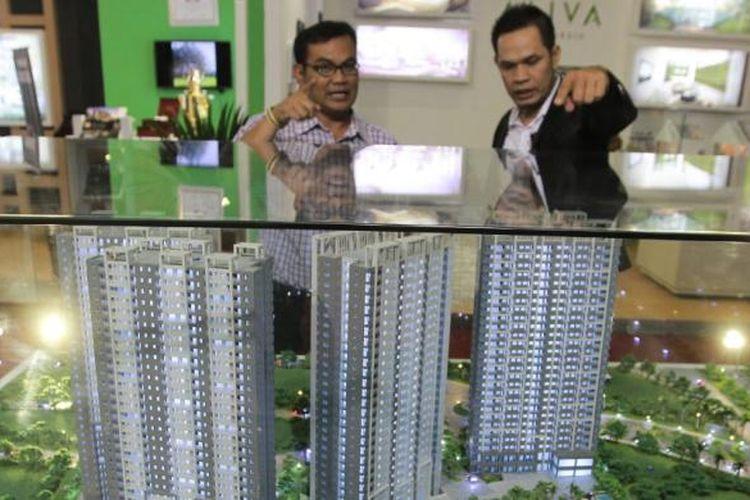 Pengunjung tengah melihat-lihat maket proyek The Oasis Cikarang, Kawasan Industri Cikarang, pada pameran BTN Expo di Jakarta, Rabu (19/8/2015).