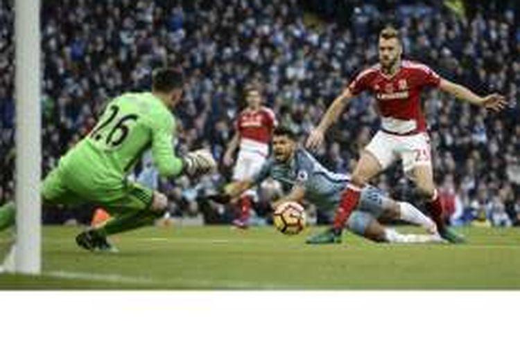 Striker Manchester City, Sergio Aguero (tengah), terjatuh di kotak penalti lawan usai berbenturan dengan bek Middlesbrough, Calum Chambers (kanan), dalam pertandingan Premier League di Stadion Etihad, Manchester, Sabtu (5/11/2016).