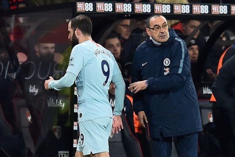 Maurizio Sarri menarik Gonzalo Higuain pada pertandingan AFC Bournemouth vs Chelsea di Stadion Vitality dalam lanjutan Liga Inggris, 30 Januari 2019.