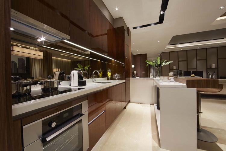 Tampilan interior dapur pada unit apartemen The Elements, Kuningan, Jakarta