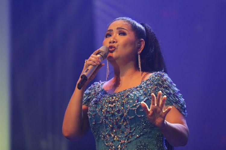 Penyanyi Vina Panduwinata tampil di konser Dunia di Batas Senja, yang digelar untuk merayakan 40 tahun band Chaseiro berkarya sekaligus memperingati Hari Sumpah Pemuda. Konser digelar di Nusa Indah Theater, Balai Kartini, Jakarta, Minggu (28/10/2018).
