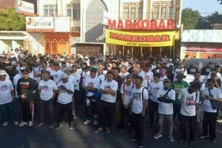 Peserta jalan sehat umat Islam Solo Raya memakai kaus #2019GantiPresiden di Solo, Jawa Tengah, Minggu (1/7/2018).