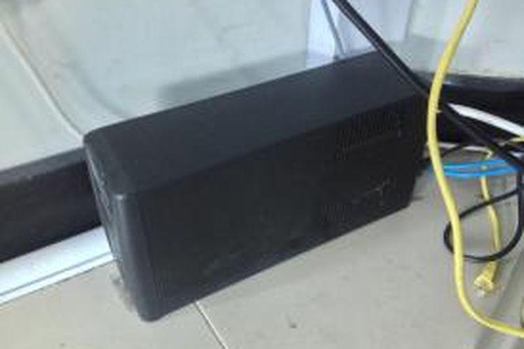 Perangkat uninterruptible power supply (UPS) single yang dipasang pada satu unit komputer di Universitas Multimedia Nusantara (UMN). Foto diambil pada Jumat (27/2/2015).