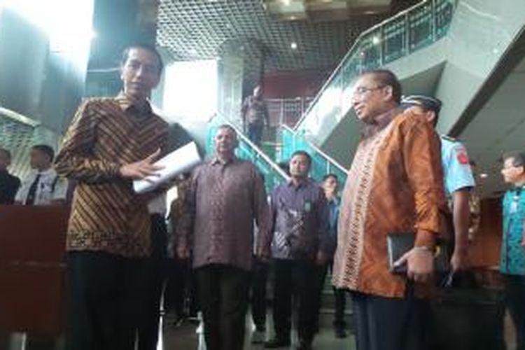 Presiden Joko Widodo usai memberikan pengarahan ke direksi PLN di kantor PLN, Selasa (7/4/2015).