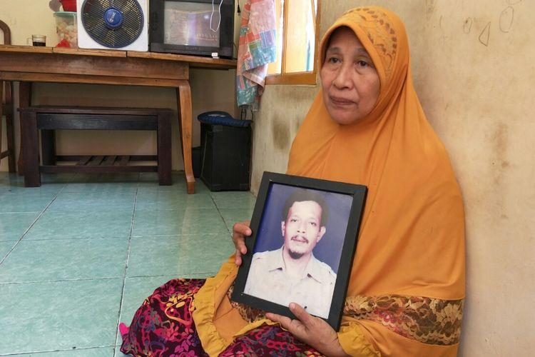 Manih Asam, istri Niman saat ditemui di kediamannya,Jalan Rivaria dalam nomor 144 rt 4 rw 1 kelurahan bedahan sawangan, Kamis (25/4/2019).