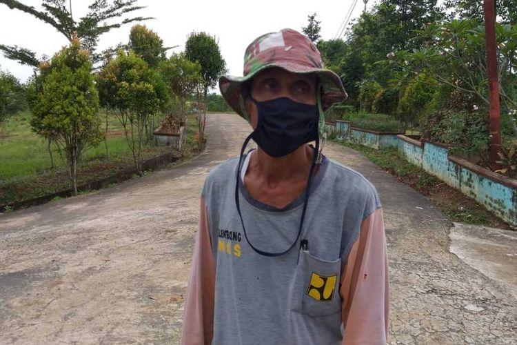 Herman (52) penggali kubur khusus Covid-19 di Tempat Pemakaman Umum (TPU) Gandus Hill, Palembang, Sumatera Selatan.