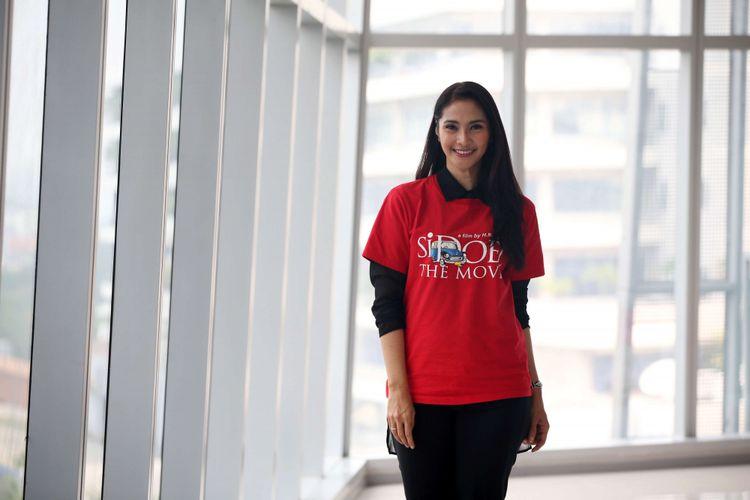 Artis peran Maudy Koesnaedi berpose di sela wawancara promo film Si Doel The  Movie di kantor redaksi Kompas.com, Jakarta, Selasa (17/7/2018). Film ini akan mulai tayang di bioskop mulai 2 Agustus 2018.