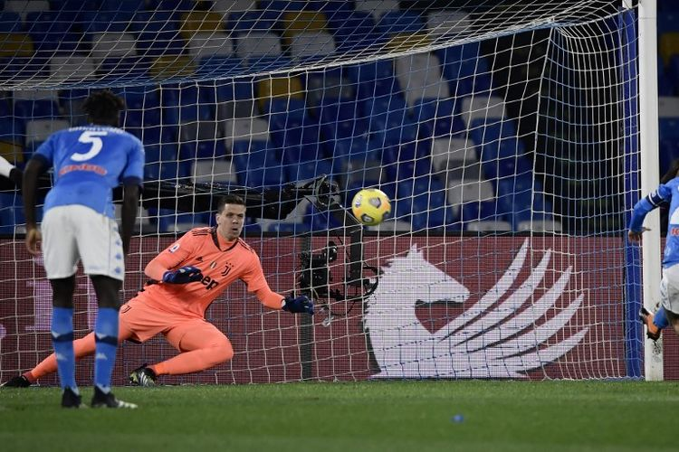 Proses gol penalti penyerang Napoli Lorenzo Insigne (kanan) ke gawang Juventus pada laga lanjutan pekan ke-22 Liga Italia di Stadion Diego Armando Maradona, 13 Februari 2021.