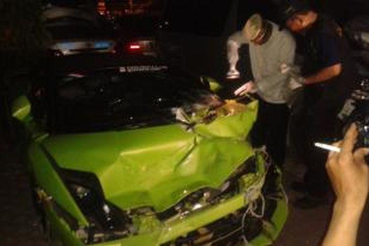 Tim Labfor Mabes Polri dan Kasat Lantas Polres Metro Jakarta Utara tengah mengambil sampel dari mobil Lamborghini milik Hotman Paris Hutapea.