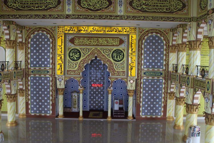 Ornamen masjid Roudlatul Muchlisin di Kabupaten Jember dihiasi dengan kaligrafi di setiap dindingnya